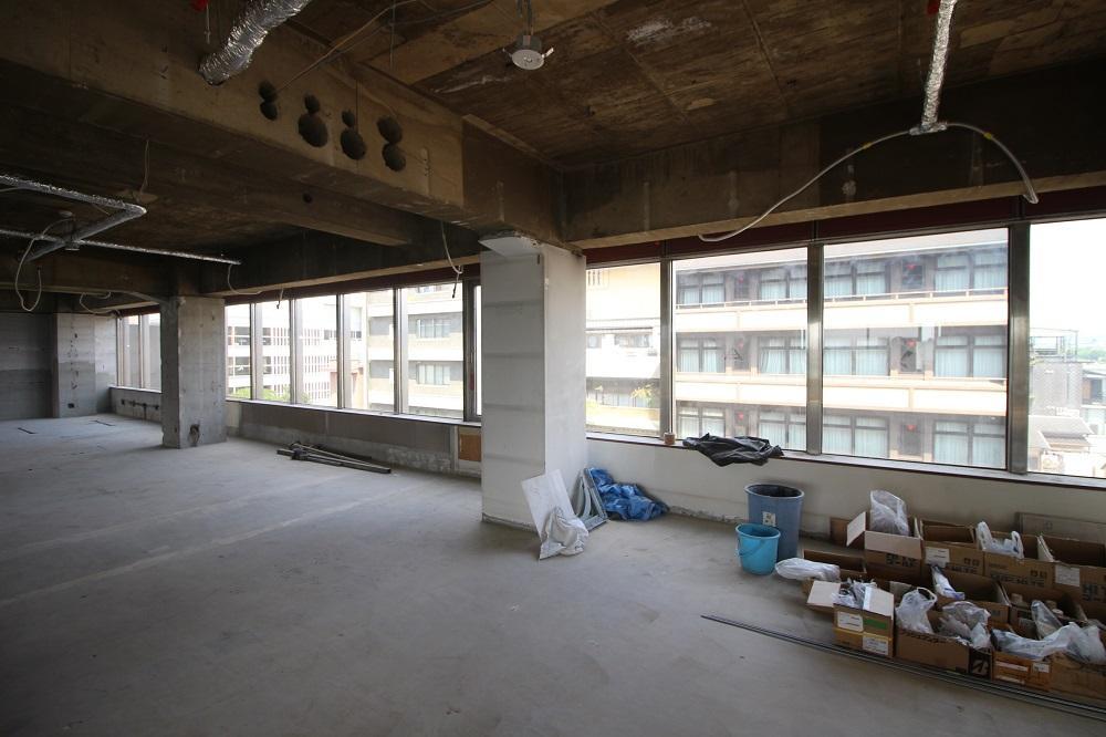 5階:北側は全面窓ですが向いのビルが見えます