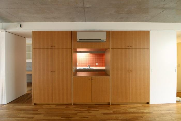 リビングから見えるのはキッチンのタイル部分のみ