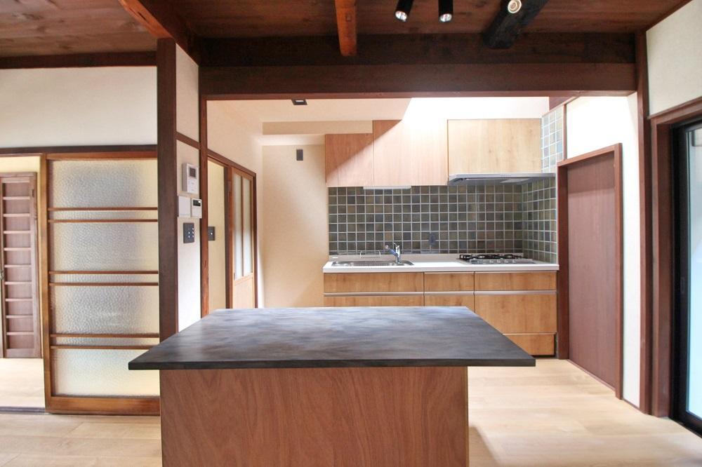 キッチンには大きめの作業台件テーブルが設置されてます