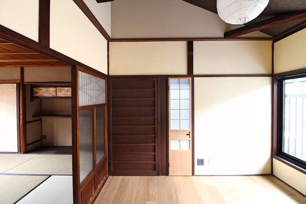 勾配天井の2階洋室