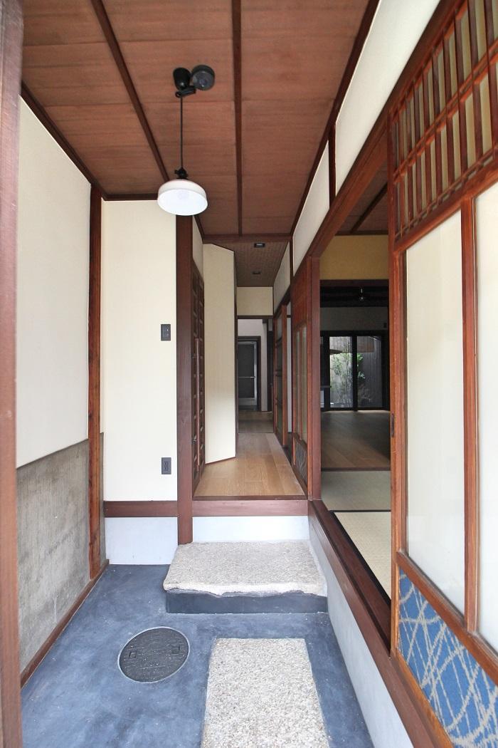 玄関土間には大きめの沓脱石