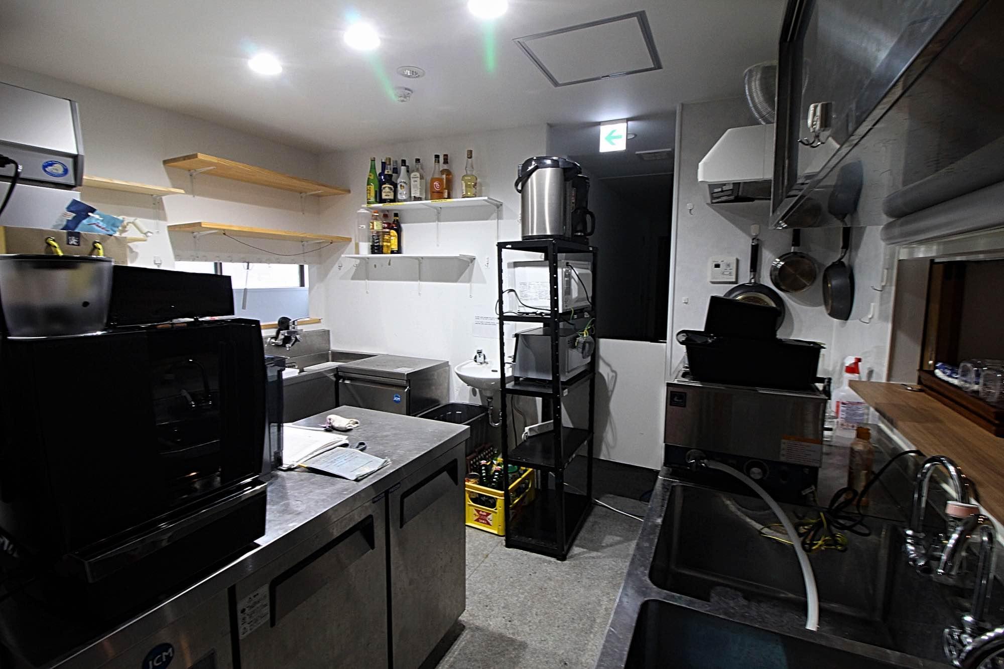 なんと厨房付きです!(中の機器は残るものと残らないものがあります)