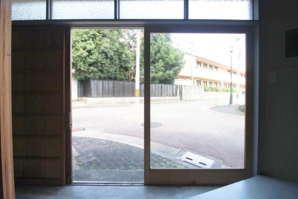 入り口は大きなガラス扉です