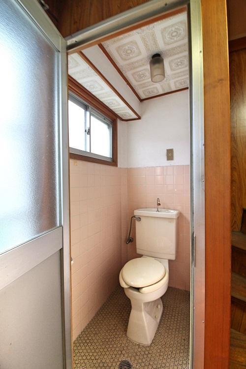 日の当たるトイレ