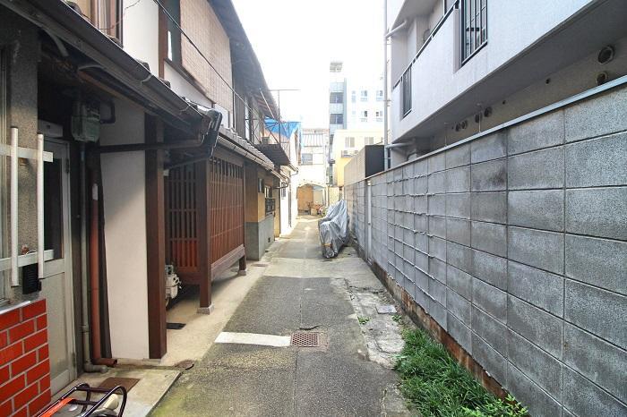 路地内の建物は改装されているものなど様々