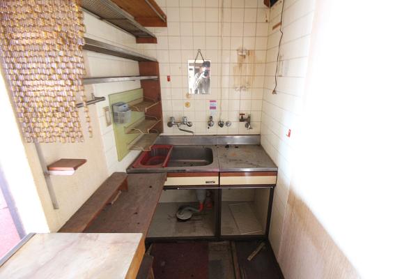 カウンター内には小さなキッチンがあります