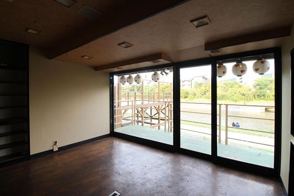 1階、川側の部屋からの眺めです