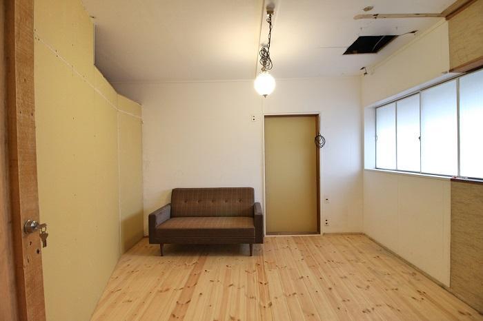 ここが203号室、ソファーと照明は付いてきません