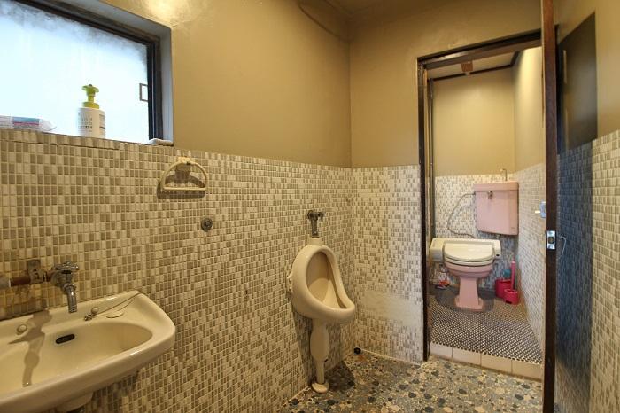 外階段途中にあるトイレ