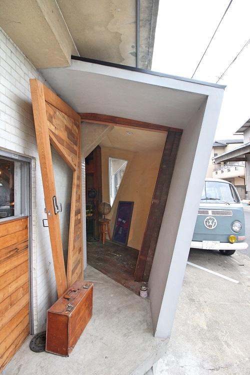 増設された玄関、ドアストッパーが渋い