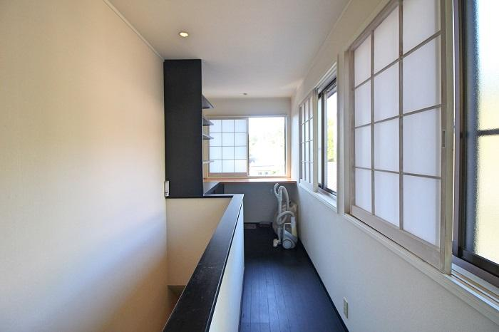 2階の書斎スペースも眺めが良くサイズ感もちょうど良い