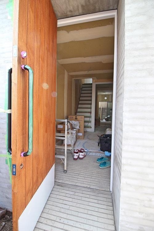 ドアは木製