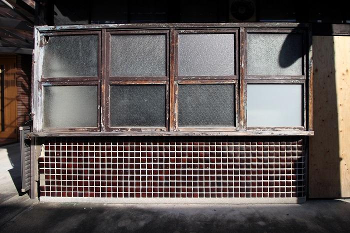 何度か塗り直された形跡のある窓枠とレトロなタイル