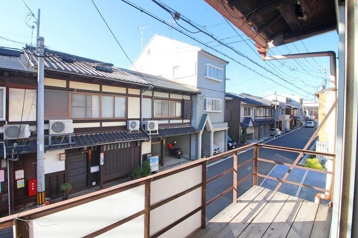 京町家がまだ多く残る前面の七本松通