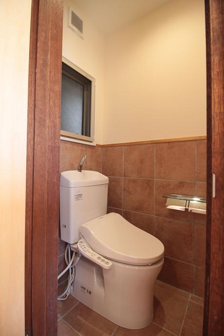 トイレの床はタイルです