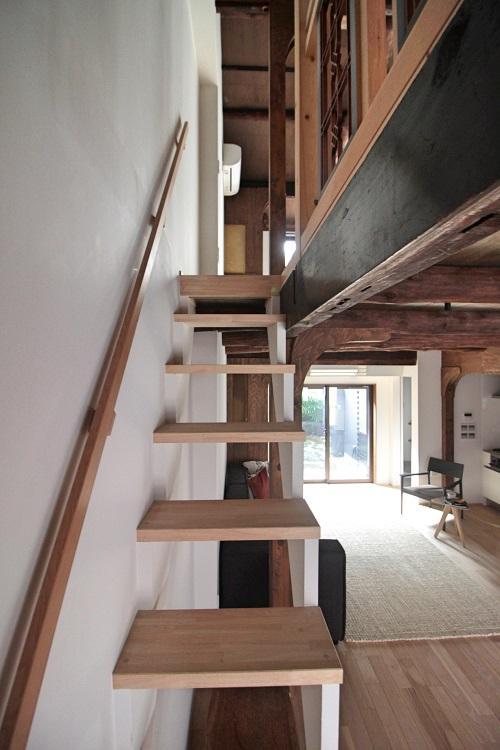 階段は狭めで500mmほどの幅