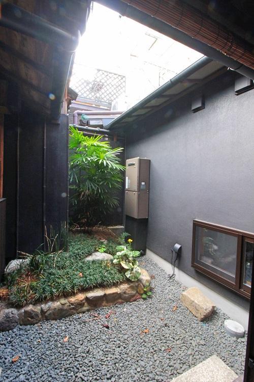 南側に坪庭で右手が浴室と洗面所