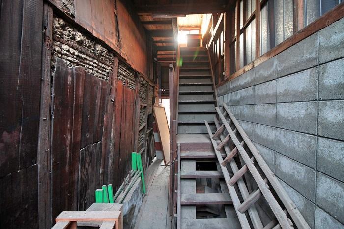 倉庫横にある通路と階段
