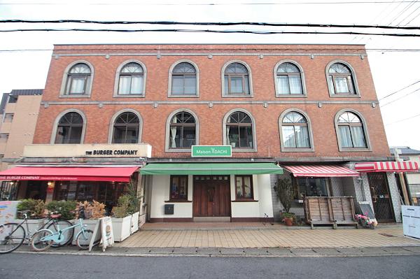 アーチ型窓とレンガ調の外観が印象的な建物です