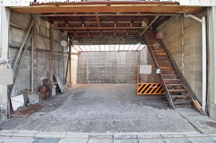 1階は駐車スペースとして使われてました