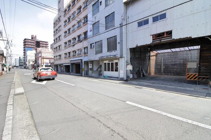 前面の壬生川通、向こうに見えるマンションが五条通