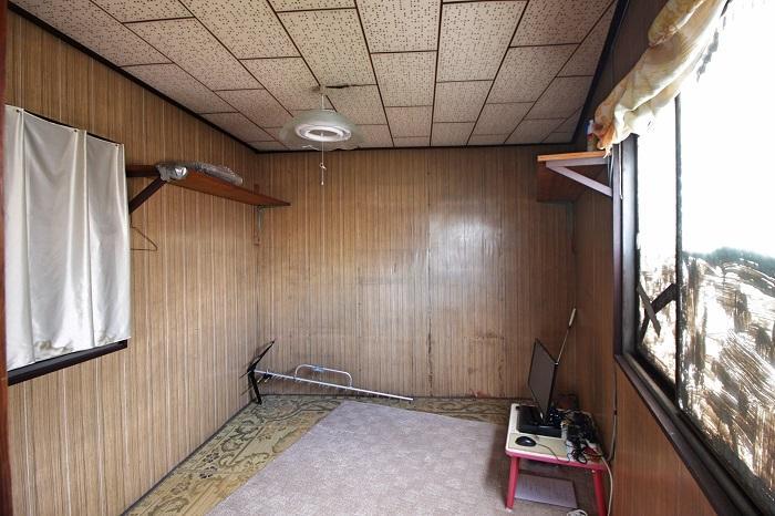 TVが置いてあって秘密の部屋のよう