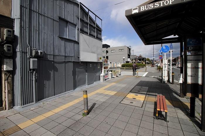 バス停の目の前!向こうに見える緑が西本願寺