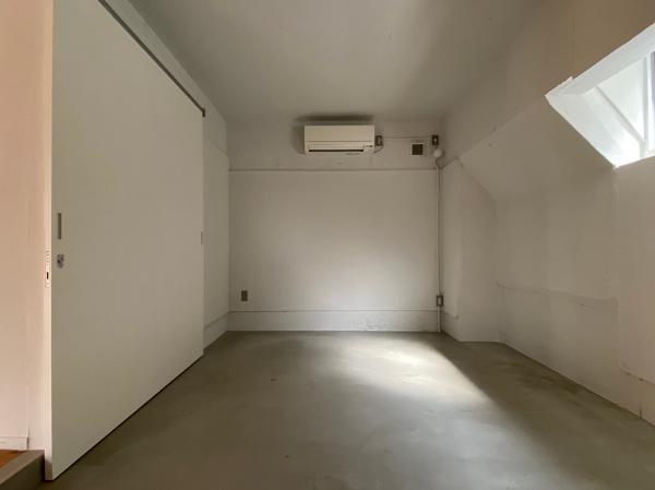 モルタル仕上げの寝室
