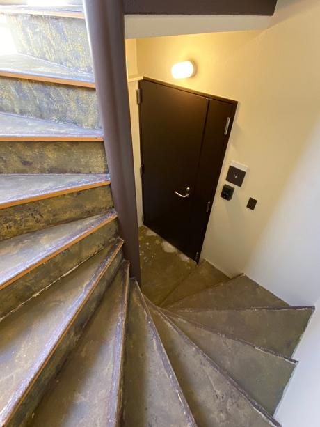 螺旋階段を降りたら、玄関です