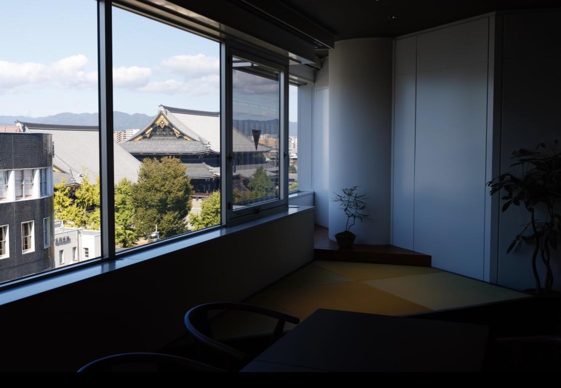 ちょっとした畳の小上がりからは東本願寺が。