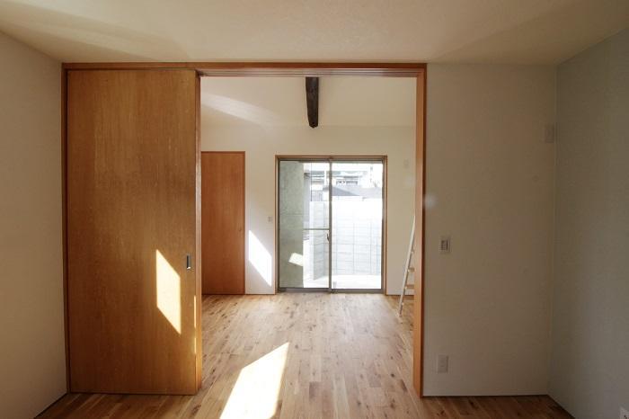 木の質感を感じる建具や床材