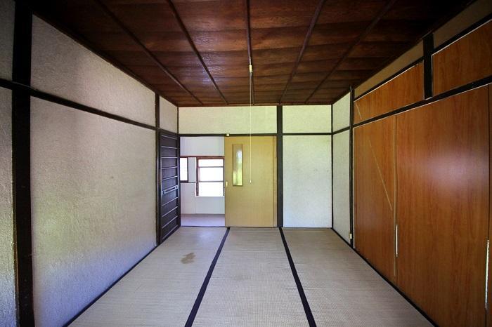 この部屋の奥にも納戸