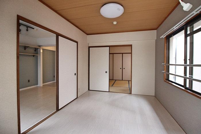 明るい配色の床