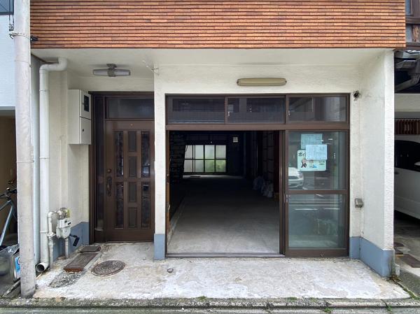 左側の玄関は共用部です