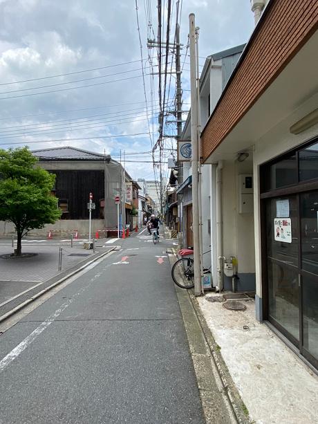 前面道路は人通りが多いです