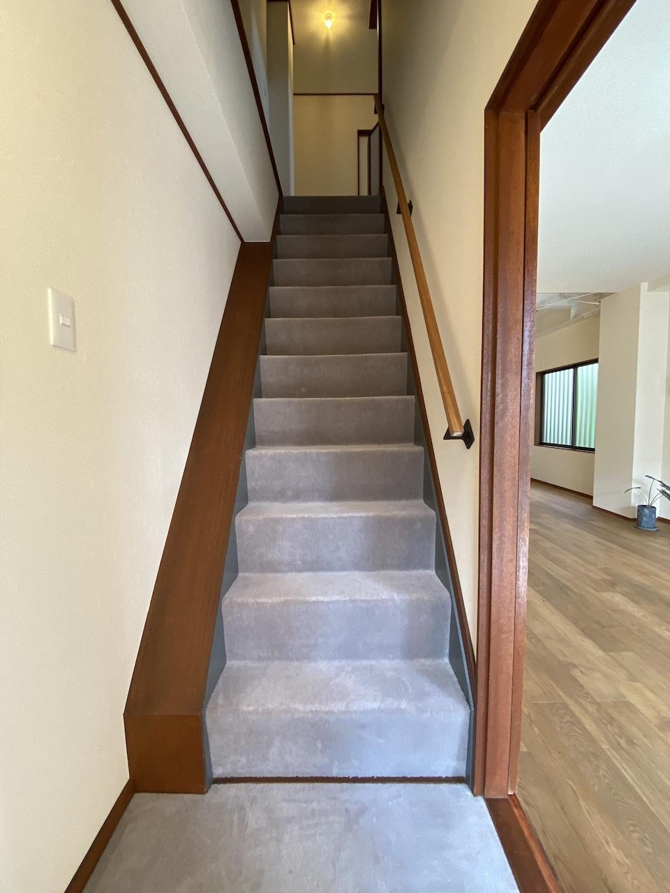 フカフカの絨毯が気持ち良い少し急な階段