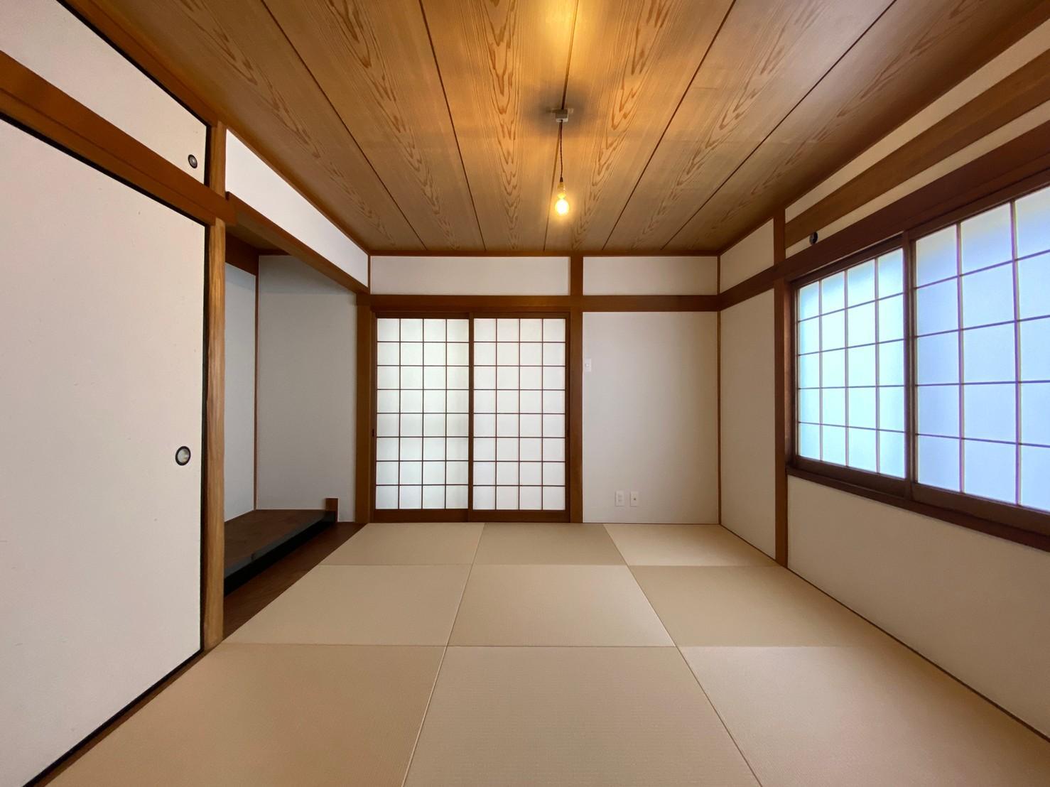 2階西側の和室。畳は縁なしですっきりと。