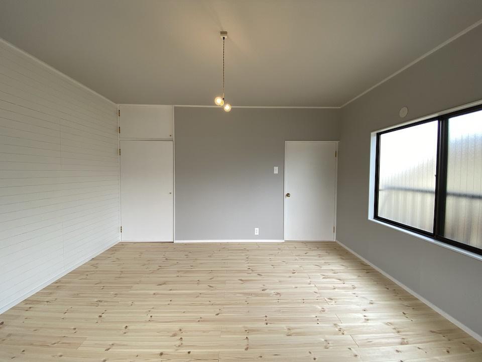 左の壁は木材が白く塗装されてます