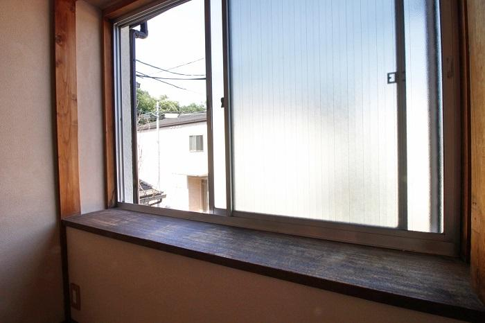腰掛けるのにちょうど良い高さの出窓