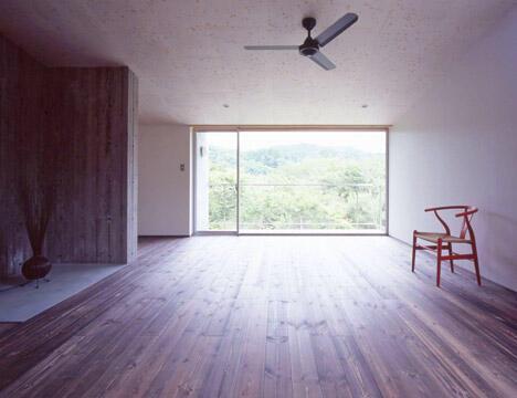 床材は無垢のパイン材。窓の向こうは比叡山の延暦寺のある山頂方面。(竣工時)