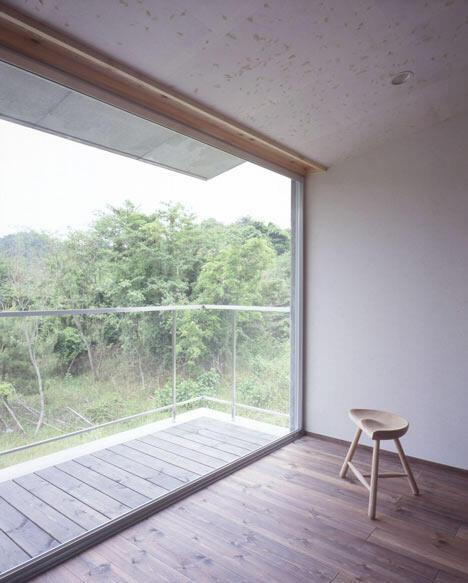 窓の向こうは林になっていて傾斜もあるので周囲の視線は気になりません(竣工時)