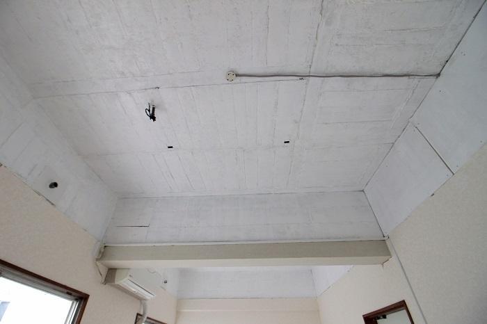 22号室|天井は抜いてあり白くペイントされてます