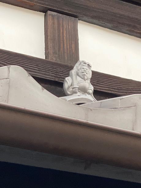 軒屋根には鍾馗(しょうき)さん