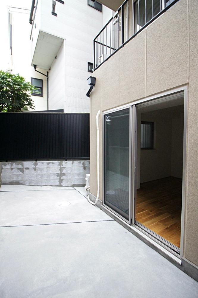 こちらが1階のお部屋だけにある、庭スペース。