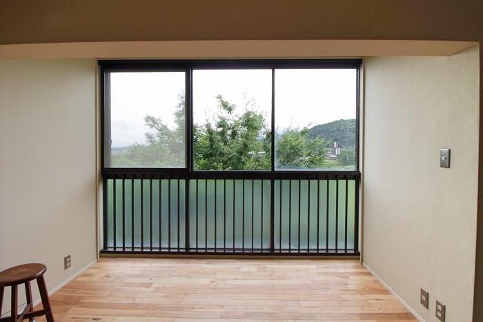 窓際のくぼんだスペースを是非良い空間に