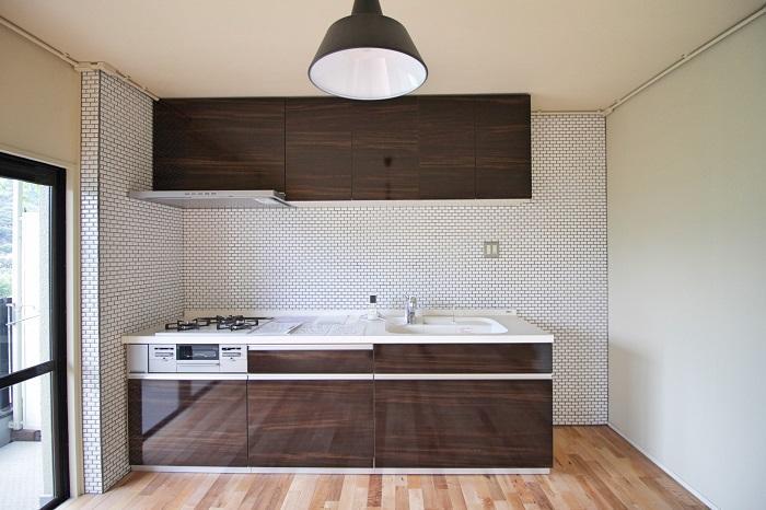 キッチンには細かい白のタイル