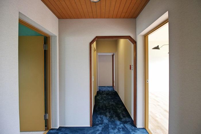 廊下にはセクシーなフカフカ絨毯