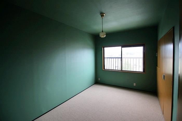 この部屋はパンチの効いたグリーン