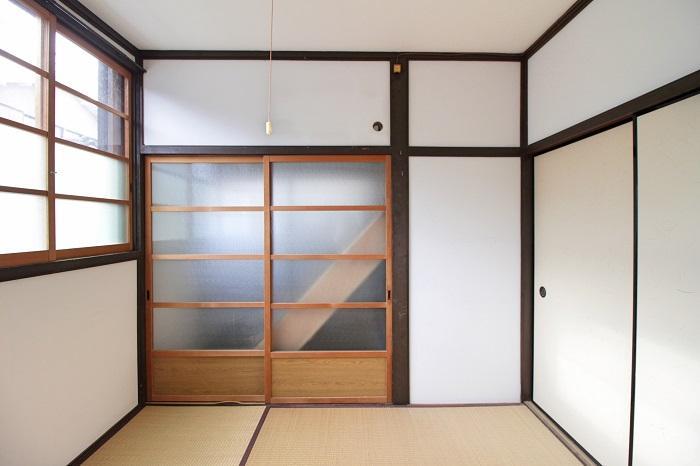 硝子越しに見える階段は2階居住者用(戸は開きません)
