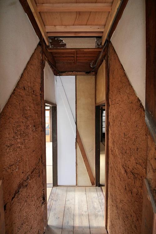 内階段のあった形跡と左右の改装具合の差が見える